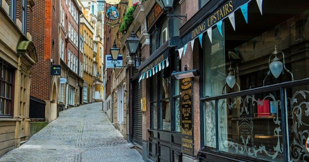 Britskí maloobchodníci očakávajú strmý pokles predaja
