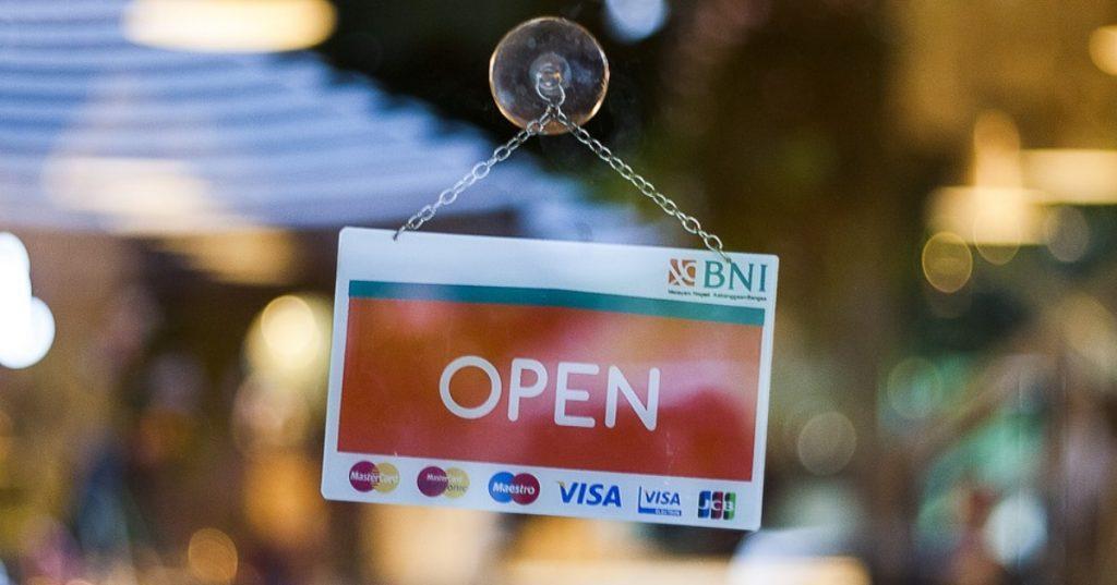 Všetky predajne by sa za prísnych podmienok mali otvoriť
